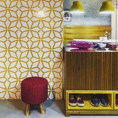Azulejos Polvo amarelo! regram da @andreamurao e projeto da arquiteta @simonemarques ;-] #azulejos #azulejosdecorados #revestimento #arquitetura #reforma #decoração #interiores #decor #casa #sala #design #cerâmica #tiles #ceramictiles #architecture #interiors #homestyle #livingroom #wall #homedecor #lurca #lurcaazulejos