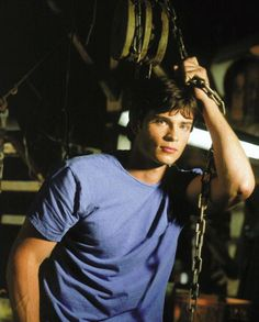 Tom Welling is our favourite Superman. Tom Welling plays the role of Clark Kent in TV series Smallville, based on the teenage and growing years of the popular Superman. Smallville Clark Kent, Tom Welling Smallville, Beautiful Men Faces, Gorgeous Men, Beautiful People, King Tom, Christopher Reeve, Cw Series, Kristin Kreuk