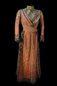 Vestit modernista de finals del XIX de color morat amb detalls en groc i negre. #modernisme #vestit #modernismo #vestido #artnouveau #dress #fashion