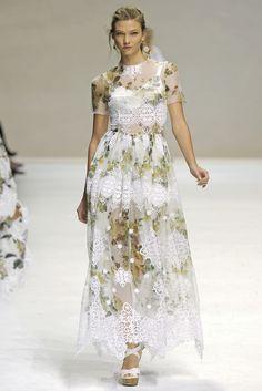 Guarda la sfilata di moda Dolce & Gabbana a Milano e scopri la collezione di abiti e accessori per la stagione Collezioni Primavera Estate 2011.