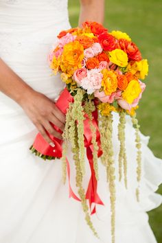 Un bouquet que robe el aliento.  #maríalimón #floraldesign #florals #eventstyling #weddingstyling #trends #weddingdecor #summer #weddingstyle #vibrantcolors #inspiration #unique #yellow #orange #pink