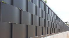 Verja de ocultación residencial fabricada con chapa trenzada de 2mm de espesor. http://www.vinuesavallasycercados.com/