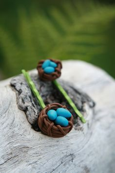 Polymer clay bird's nest tutorial. Isn't this cute? Add a pin back and give these as Easter gifts! I might bake the eggs separately so that they could be spatter-painted to look like Robin's eggs, then glued in place.