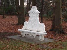Koninklijke bank in de tuin van paleis Soestdijk