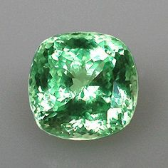 African Mint-Colored Garnet - Green Garnet is a stone of confidence, and… Minerals And Gemstones, Rocks And Minerals, Gems Jewelry, Gemstone Jewelry, Jewellery, Fertility Stones, Stones And Crystals, Gem Stones, Rocks And Gems