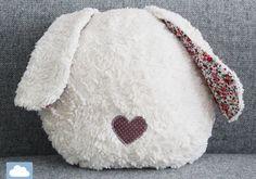 Kissen - Hasenkissen * Kissen * Geschenk - ein Designerstück von Kleine-Woelkchen bei DaWanda