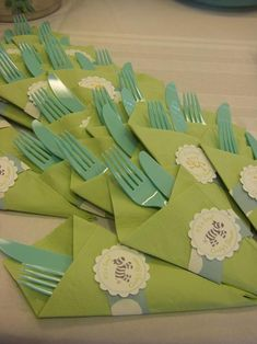 de papel's safari baby shower detail, even the napkins & forks are cute!