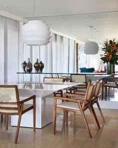 A blogueira Carol Buffara abriu a sua e recebeu a Casa Vogue. Aqui um foto da sua sala de jantar. Cadeiras de palhinha e mesa de lava branca...... Amooooo!!!!!