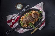 Marokkói bárány fasírt - paradicsomos-mandulás kuszkusszal, tzazikivel | A marokkói bárány fasírt igazi húsimádó étel, amiben báránycomb és marhalapocka is szerepel, különleges ízélményt kínálva a fogyasztónak. A fasírt, fasírozott, vagy más néven vagdalt már az ókorban ismert volt, olyannyira, hogy az 1. században tevékenykedő Marcus Apicius Gavius római mesterszakács és szakácskönyv-író is lejegyezte már. Akkoriban a fasírtot nem csak vadak húsából, hanem tengeri herkentyűkből is… Beef, Dishes, Food, Meat, Tablewares, Essen, Meals, Yemek, Dish