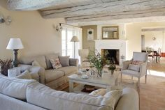un salon cosy, une cheminé, des poutres apparentes