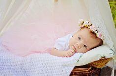Wianuszek niemowlęcy z różyczkami w kolorze jasnego różu. Idealny na sesję niemowlęcą lub sesję noworodkową!  Dostępny w butiku MadameAllure w cenie 35,00 pln