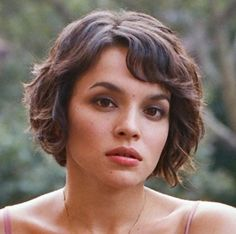 Cute messy bob with bangs. Somehow the curly bangs don't look completely idiotic on Norah Jones (at least I think that's who this is. Bob Hairstyles With Bangs, Round Face Haircuts, Short Hairstyles For Women, Hairstyles Haircuts, Cool Hairstyles, Bob Haircuts, Hairstyle Ideas, Hair Ideas, Thin Wavy Hair