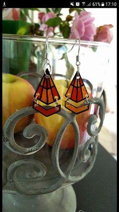 """Boucles d'oreilles """"Diamond"""" Orange - Boucles d'oreilles """" Diamond"""".orange Fabriquées à base de """"Plastique fou"""" et vernis par mes petites mains :) Boucles très légères et agréables a portées. Apprêts et anneaux de lien en métal argenté. Dimensions: H.3cm environ L.1,5cm environ 1mm d'épaisseur Je suis disponible pour adapter les couleurs et formes ainsi que pour personnaliser toutes mes créations en fonction de ce dont vous avez envie. Alors faites vous plaisir ou faite plaisir à vos…"""