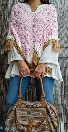 Sie Kleidung Boho Bohemia Place your bets in practice on cold days of ponchos - Lady's Houses Poncho Crochet, Poncho Shawl, Crochet Quilt, Crochet Granny, Crochet Stitches, Knit Crochet, Crochet Designs, Crochet Instructions, Handarbeit