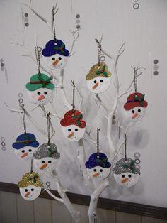 Tête de bonhomme de neige à suspendre dans le sapin.                                  réalisée avec des cotons à démaquiller
