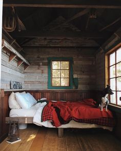 Ideas for Decorating a Family Room with Rustic Cabin Style Cabin Homes, Log Homes, Little Cabin, Cabin Interiors, Cabins And Cottages, Cozy Cabin, Cabins In The Woods, House Design, Interior Design