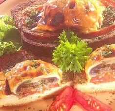 Hozzávalók: 8 szép, tölthető gombafej, 12 dkg kész fűszervaj, 8 szelet szendvicskenyér, 4 paradicsom, só, őrölt fekete bors, 15-20 dkg jól olvadó sajt (fele füstölt is lehet), 1 kis csokor petrezselyem  1. A gombát megmossuk, 3 percre ... Bors, Vegetables, Vegetable Recipes, Veggies