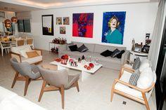 Sala de estar. Quadros coloridos e vasos de murano garantem alegria em ambiente (Foto: Anderson Barros EGO)