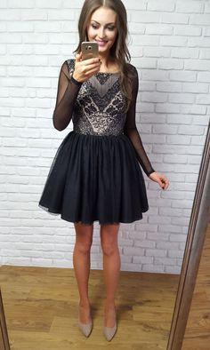 Tiulowa rozkloszowana sukienka Gabrielle z czarnym dołem.