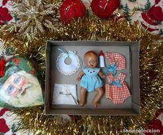 Adorable caja con bebé español de piedra y complementos, ideal Navidad! Antique Dolls, Antiques, Frame, Home Decor, Christmas Presents, Crates, Bebe, Vintage Dolls, Homemade Home Decor