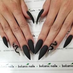 If you're looking for a bold look, stiletto nails are your best choice. The trend of stiletto nails is hard to ignore. Whether you like it or not, stiletto nails will stay. Stiletto nails are cool and sexy, but not everyone likes them. Bling Stiletto Nails, Simple Stiletto Nails, Edgy Nails, Dark Nails, Matte Nails, Fun Nails, Polish Nails, Pointy Nails, Stelleto Nails