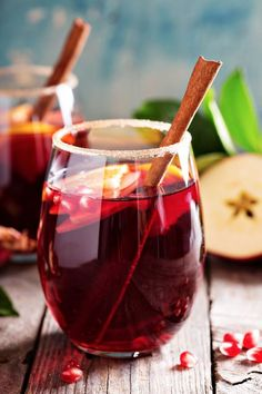 Sparkling sangria with cider / 3 sliced ​​apples, 1 glass of Cognac, 3 glasses of cider, of 1 bottle of Cava (or a sparkling wine), 100 g of pomegranate seeds (see website for recipe) Sparkling Sangria, Holiday Sangria, Sangria Punch, Sangria Wine, Winter Cocktails, Cocktail Drinks, Alcoholic Drinks, Beverages, Top Cocktails