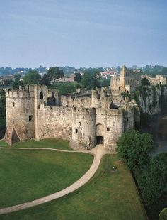 14 Chepstow Castle overlooks the River Wye is the oldest surviving post-Roman stone fortification in Britain. Welsh Castles, Castles In Wales, English Castles, Chateau Medieval, Medieval Castle, Beautiful Castles, Beautiful Places, Wales Uk, North Wales