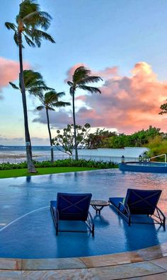 Watching the sunset from a swimming pool in Maui ~ http://suitcasesandsunsets.com/maui-hawaii.html