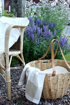 a cottage in provence . X ღɱɧღ French Country Cottage, French Countryside, Country Life, Country Homes, Country Farmhouse, Cottage Style, Country Style, Lavender Cottage, Lavender Garden