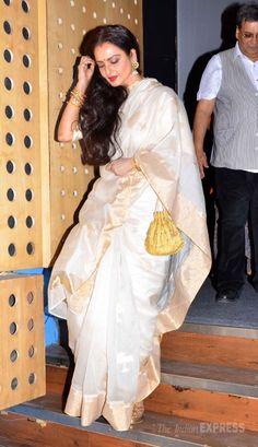 Rekha in her signature Kanjivaram sari with golden 'potli' pretty jhunmkas. Indian Dresses, Indian Outfits, Rekha Saree, Organza Saree, Bollywood Celebrities, Bollywood Fashion, Kanchipuram Saree, Soft Silk Sarees, Elegant Saree