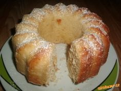 Žloutky utřeme s cukrem do pěny. Přidáme smetanu, mouku, kokos, prášek do pečiva a nakonec sníh z bí...