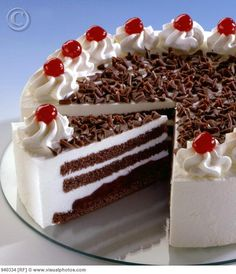 chocolate cake with whipped icing and cherries. Cute Cakes, Yummy Cakes, Black Forest Cherry Cake, Easy Desserts, Delicious Desserts, My Favorite Food, Favorite Recipes, Whipped Icing, Dessert Decoration
