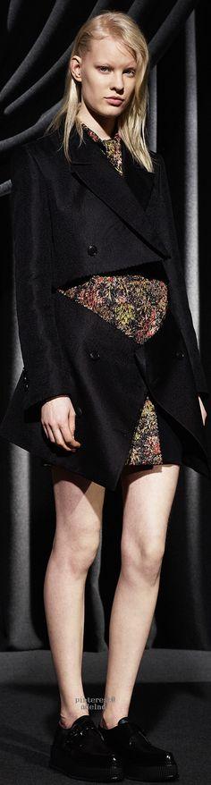Viktor&Rolf Ready To Wear Fall Winter 2015 Paris Runway Fashion, Spring Fashion, Autumn Fashion, Womens Fashion, Paris Fashion, Live Fashion, Fashion Show, Fashion Outfits, Fashion Design