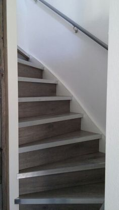 Onze eigen gemaakte trap van laminaat en L profielen... Like it!