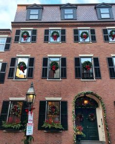 The most perfect Christmas house in Boston 🎄❤️🎁 Beacon Hill, In Boston, Tis The Season, Christmas And New Year, Mansions, House Styles, Holiday Decor, Instagram, Home Decor