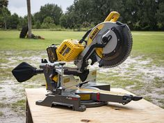 The DeWalt FlexVolt Max Sliding Miter Saw is easily one of the most anticipated cordless tools to hit the market this year. Sliding Mitre Saw, Sliding Compound Miter Saw, Compound Mitre Saw, Miter Saw Reviews, Garage Atelier, Dewalt Power Tools, Radial Arm Saw, Woodworking Saws, Cordless Tools