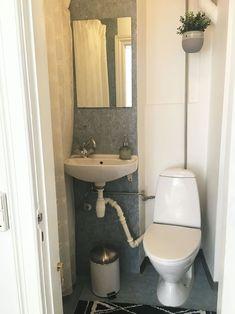 Se, hvordan Pernille forvandlede sit slidte badeværelse med linoleum til et cool velværerum - på budget   Boligmagasinet.dk Blue Bathroom Interior, House Floor Plans, Toilet, Flooring, Home Decor, Bro, Bathroom Ideas, Tiny House, Stucco Ceiling