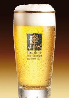 Augustiner Edelstoff è il Marchio Nobile di questa famosa birreria di Monaco. Ha un gusto pieno e persistente, supportato da un discreto grado alcolico (Alc.5,6% Vol.) che la rende davvero unica. ---- Augustiner Edelstoff is the Noble Mark of this famous Munich brewery. It has a full and persistent flavour, supported by a good alcohol degree (Alc 5,6% Vol).