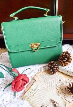 Oooohhh... pretty color, pretty pocketbook.