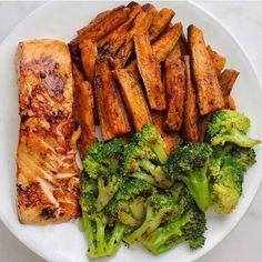 Recettes équilibrées ! Recettes pour mincir ! Recettes brûle graisse ! Healty food ! Perdre du poids sans frustration ! Cuisine saine ! Bien manger c'est essentiel ! Manger bio c'est bien manger ! Ton corps te dira merci ! Le bien être commence dans l'assiette ! Bien manger et perdre du poids ! Légumes, fruits, graines, céréales, plantes, aromates, épices, algues, etc... Healthy Recipe Books, Healthy Food Blogs, Healthy Recipes, Healthy Foods, Salmon And Broccoli, Fried Broccoli, Salmon And Sweet Potato, Plats Healthy, Clean Eating