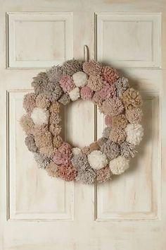 DIY una corona navideña hecha de pompones de estambre será tu mejor decoración esta navidad.