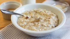 Schüssel mit Porridge steht auf einem Tisch.