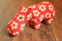 Dieses knuffige Hippo kann innerhalb weniger Tage geliefert werden, da ich es nach Euren Wünschen individuell fertige  Gefertigt ist es aus Schac...
