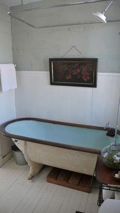 Enamel bath, radix, candles, red wine, music and magazines