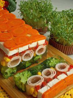 Galaretka z kurczakiem i szynką Gross Food, Weird Food, Menu Simple, Slow Cooker Lentils, Food Garnishes, Cooking Recipes, Healthy Recipes, Polish Recipes, Food Platters