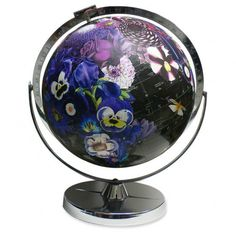 Since I've decided to conquer the world in 2016, a globe like this would be the perfect piece of art on my new desk.This beautiful second hand globe is decorated with hand-cut artwork by Wendy Gold. More about these globes on selectedbyrenee.com