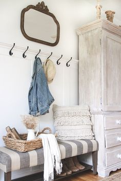 Modern Farmhouse Mudroom Entryway Ideas 53 Entryway Furniture: Do Not Neglect Your Foyer! Rustic Farmhouse Entryway, Farmhouse Mirrors, Farmhouse Design, Modern Farmhouse, Farmhouse Ideas, Farmhouse Bench, Kitchen Rustic, Armoire Entree, Decor Inspiration
