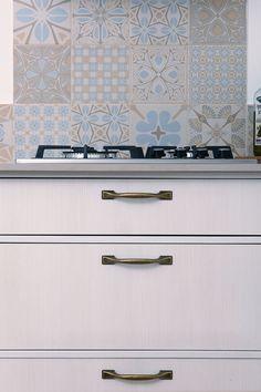 מטבח כפרי מפורמייקה דמוי עץ:דלתות MDF ירוק מצופות פורמייקה דמוי עץ. מחיצות אנכיות ואופקיות עם קנט תואם לקבלת מראה כפרי. ידיות ברונזה וקרניז צבוע בגוון תואם להשלמת הסגנון הכפרי. Kitchen Colors, Kitchen Design, Kitchen Ideas, White Kitchen Cabinets, New Homes, Room, Aster, House, Home Decor
