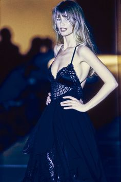 Versace Fall 1993 Ready-to-Wear Collection - Vogue Claudia Schiffer Fashion Kids, Fashion Models, 90s Fashion, Runway Fashion, Fashion Show, Fashion Outfits, Latex Fashion, Claudia Schiffer, Irina Shayk