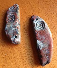 Painting my ceramic stone beads.  Pintando mis piedras de ceránica.